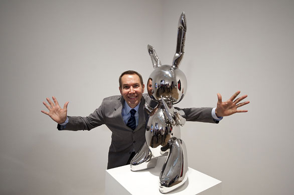 jeff-koons-rabbit-1986-with-jeff-koons-posing-at-the-tate-modern